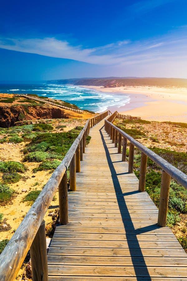 Praia da Bordeira i boardwalks tworzy część ślad przypływy lub Pontal da Carrapateira spacer w Portugalia r obrazy stock