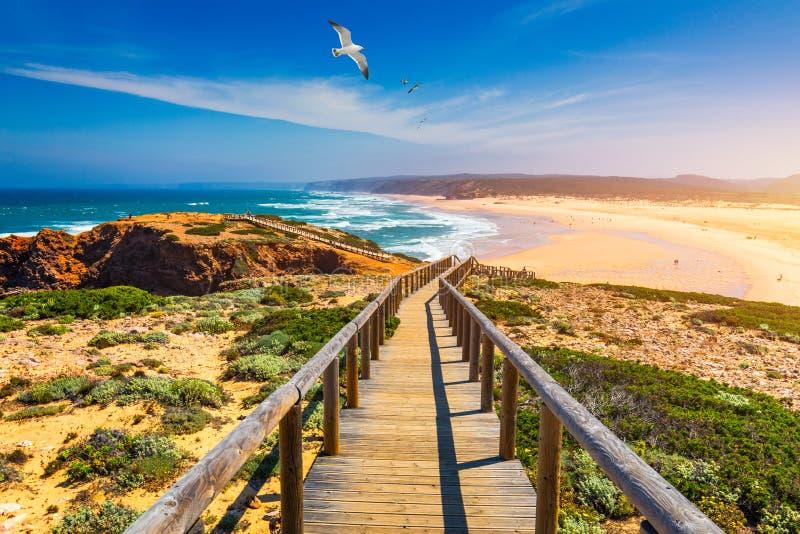 Praia DA Bordeira und Promenaden, die Teil der Spur von Gezeiten oder von Weg Pontal DA Carrapateira in Portugal darstellen Flieg lizenzfreies stockbild