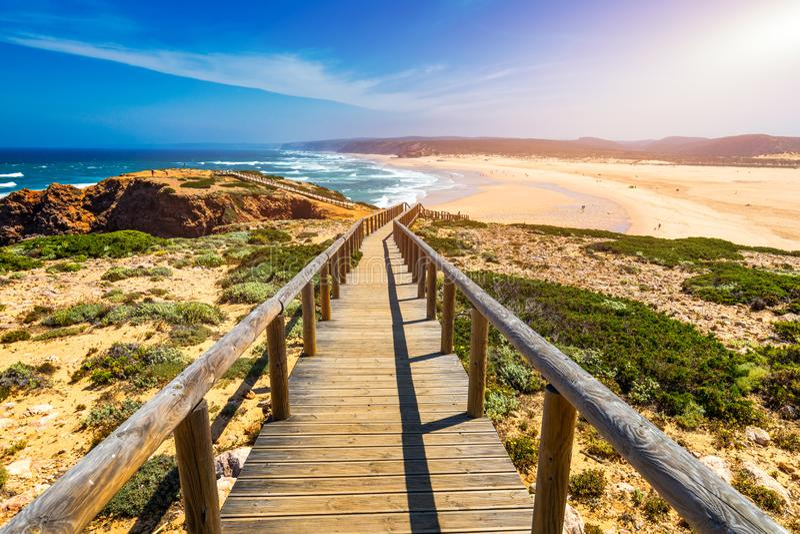 Praia DA Bordeira und Promenaden, die Teil der Spur von Gezeiten oder von Weg Pontal DA Carrapateira in Portugal darstellen r lizenzfreie stockbilder