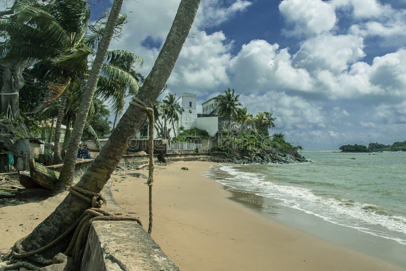 A praia da cidade de Axim que negligencia o mar e o castelo imagem de stock royalty free