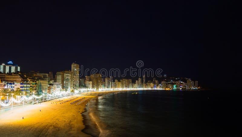 Praia da cidade de Benidorm na noite imagens de stock royalty free