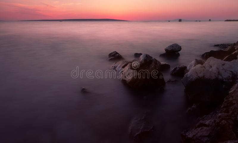 Praia da Croácia do nascer do sol com cores pastel imagens de stock royalty free