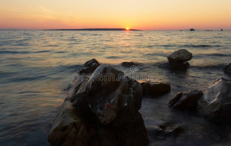 Praia da Croácia do nascer do sol com cores pastel fotos de stock royalty free