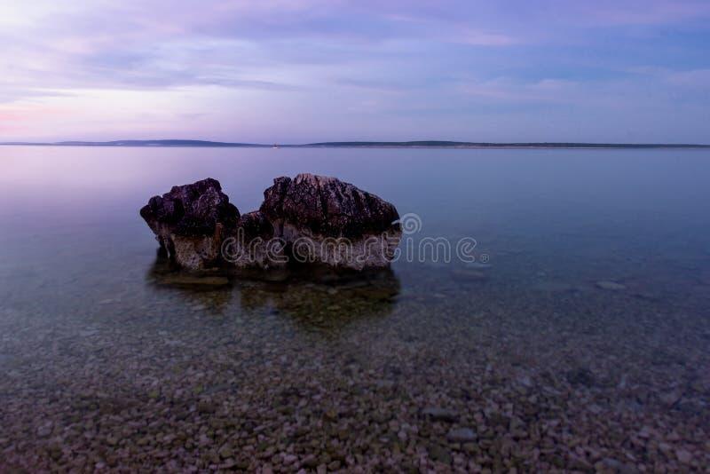 Praia da Croácia do nascer do sol com olor azul foto de stock royalty free