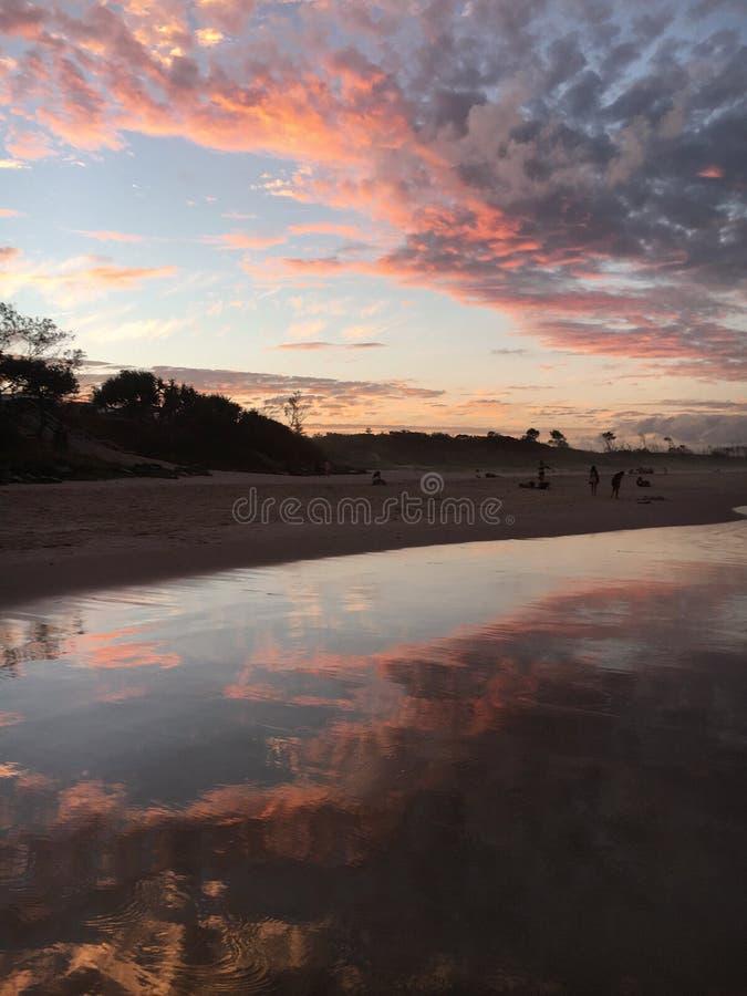 Praia da destruição de Byron Bay fotos de stock
