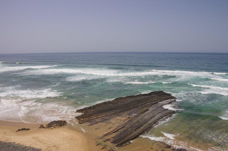 Απότομοι βράχοι σε Praia DA Fateixa Ατλαντική παραλία Arrifana στο Αλγκάρβε στοκ εικόνα με δικαίωμα ελεύθερης χρήσης