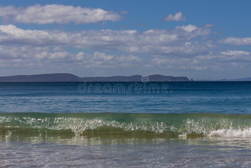 Praia da ilha de Bruny com cabo Raoul no fundo fotos de stock royalty free
