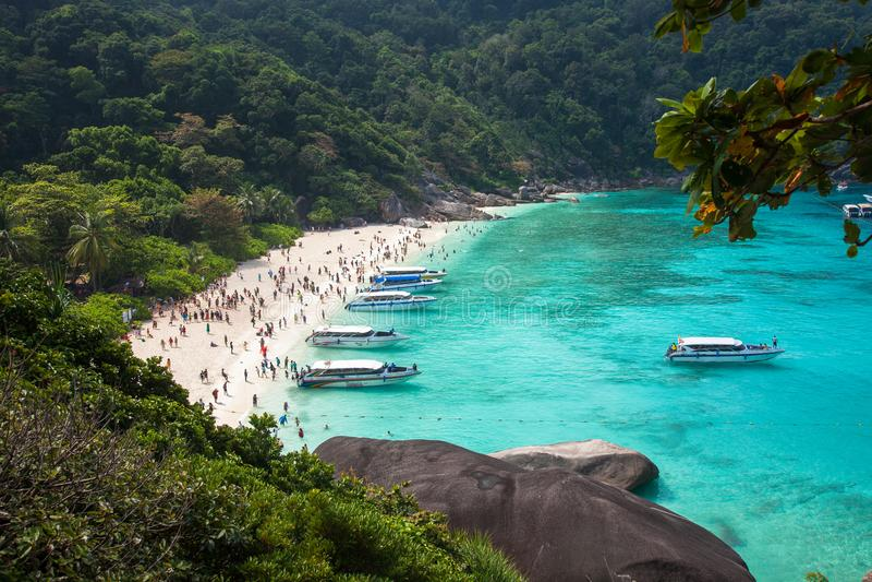 Praia da ilha de Similan perto de Phuket em Tailândia foto de stock royalty free