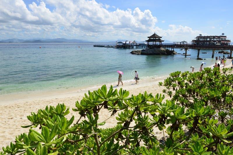 A praia da ilha de Wuzhizhou em Sanya, Hainan, China imagem de stock