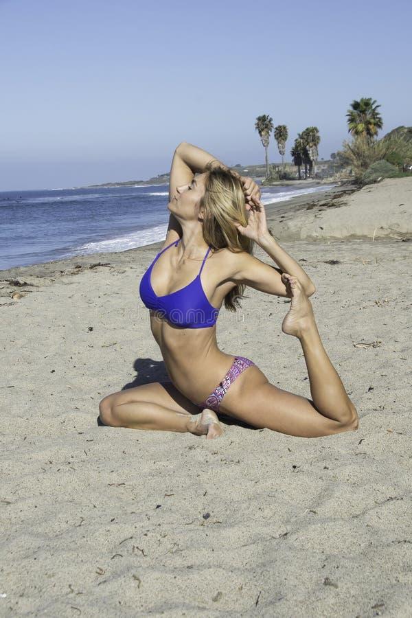Praia da ioga da mulher fotografia de stock royalty free