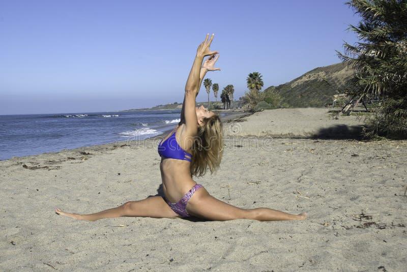 Praia da ioga da mulher fotografia de stock