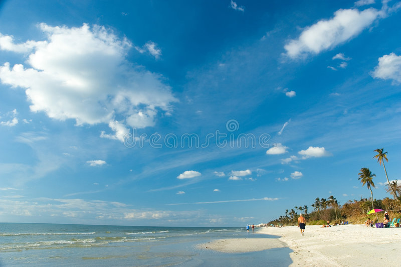 Praia da luz do dia de Nápoles, Florida foto de stock