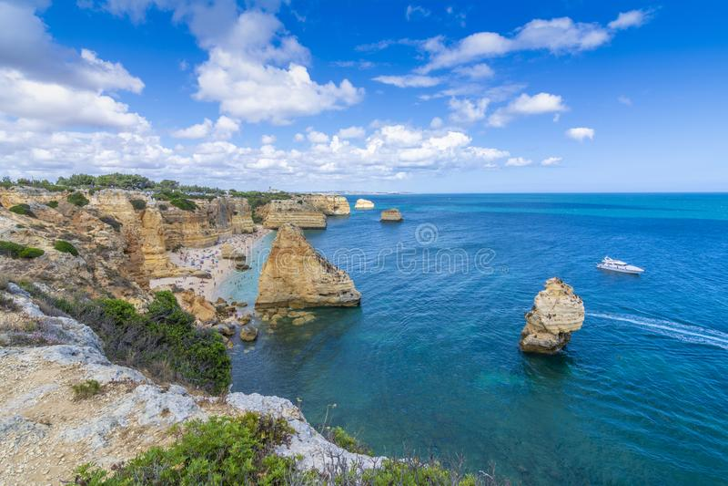 Praia DA Marinha in der Algarve lizenzfreie stockbilder