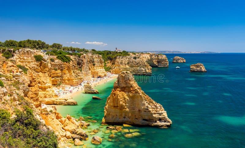 Praia da Marinha, härlig strand Marinha i Algarve, Portugal Marinstrand (Praia da Marinha), en av de mest berömda stränderna av royaltyfria foton