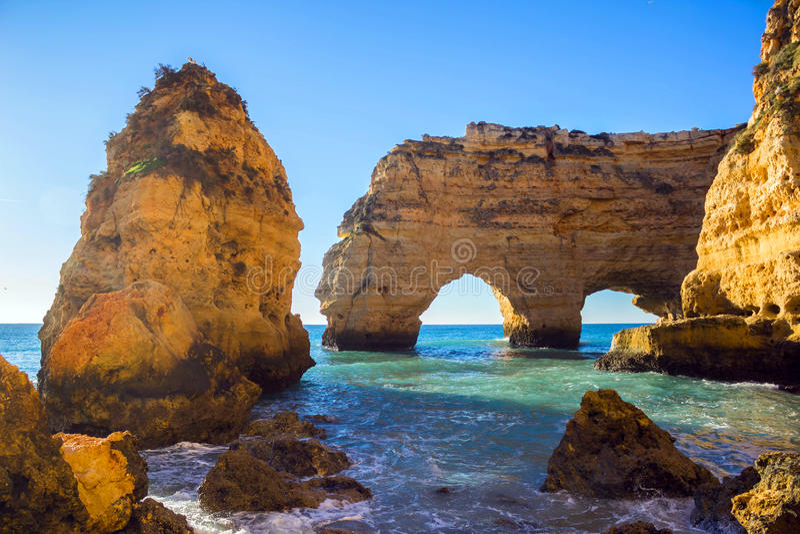 Praia da Marinha i den Algavre regionen royaltyfri foto
