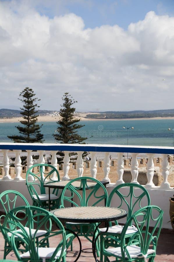 Praia da opinião do telhado e essaouira Marrocos dos edifícios imagem de stock