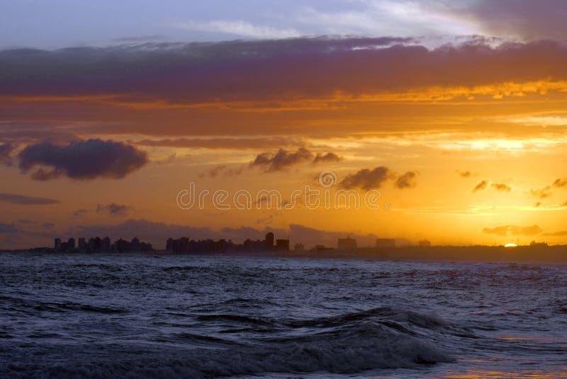 Praia da paisagem do crepúsculo em Punta del Este imagens de stock