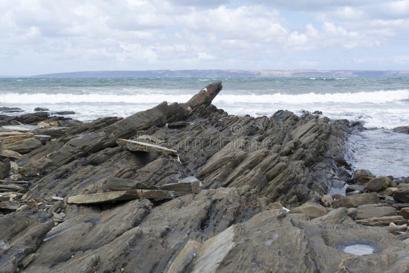 Praia da pesca, SA, formações de rocha litorais imagem de stock royalty free