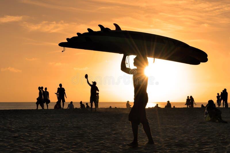 Praia da ressaca de Kuta no por do sol imagens de stock