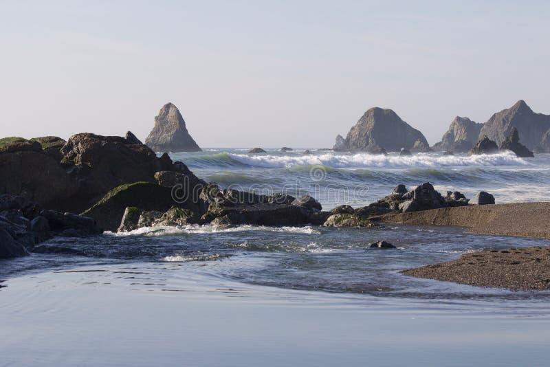 Praia da rocha da cabra - Sonoma County do noroeste, Califórnia, é a boca do rio do russo imagem de stock royalty free