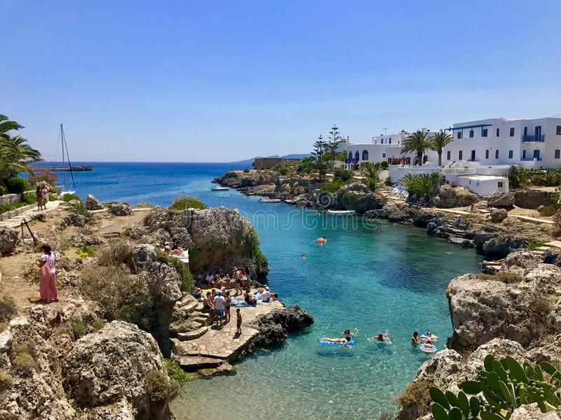 Praia da vila de Avlemonas na ilha de Kythira, Grécia fotografia de stock royalty free
