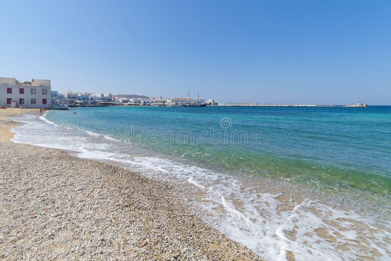 Praia da vila de Chora e porto - ilha de Mykonos Cyclades - Mar Egeu - Grécia fotos de stock