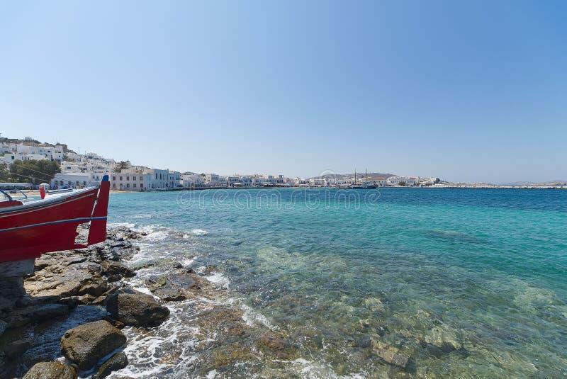 Praia da vila de Chora e porto - ilha de Mykonos Cyclades - Mar Egeu - Grécia imagens de stock royalty free