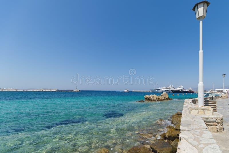 Praia da vila de Chora e porto - ilha de Mykonos Cyclades - Mar Egeu - Grécia foto de stock royalty free