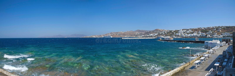 Praia da vila de Chora e porto - ilha de Mykonos Cyclades - Mar Egeu - Grécia fotos de stock royalty free