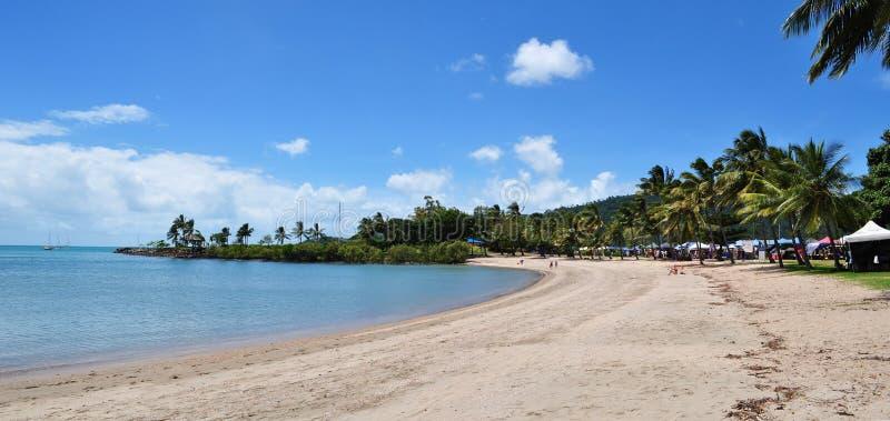 A praia de Airlie é um destino extremamente popular do turista na região das ilhas do domingo de Pentecostes de Queensland, Austr imagem de stock royalty free