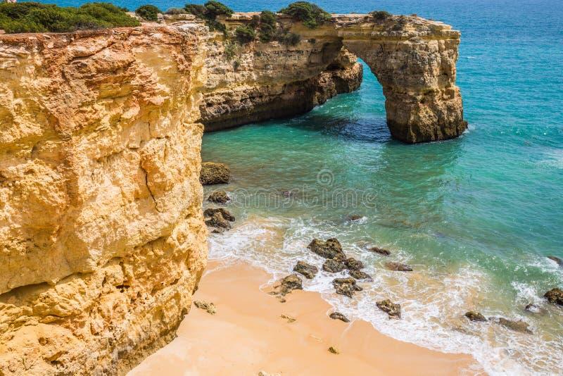 Praia de Albandeira - härlig kust och strand av Algarve, port arkivfoto
