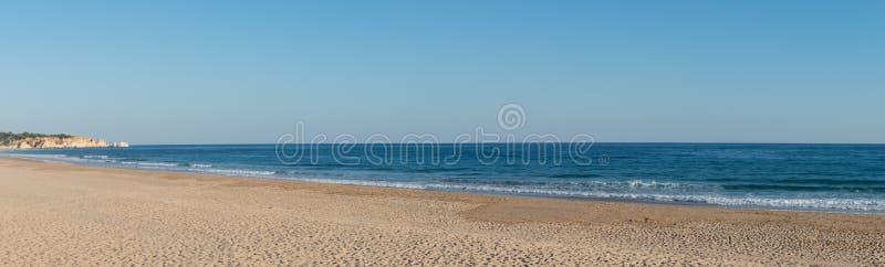 Praia de Alvor i Portimao, Algarve arkivbilder