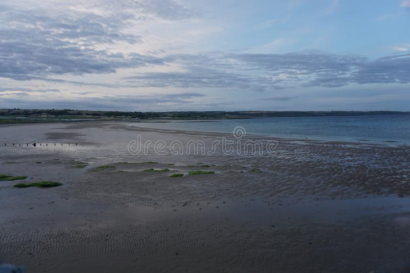 Praia de Ardmore na Irlanda no por do sol sem povos fotografia de stock