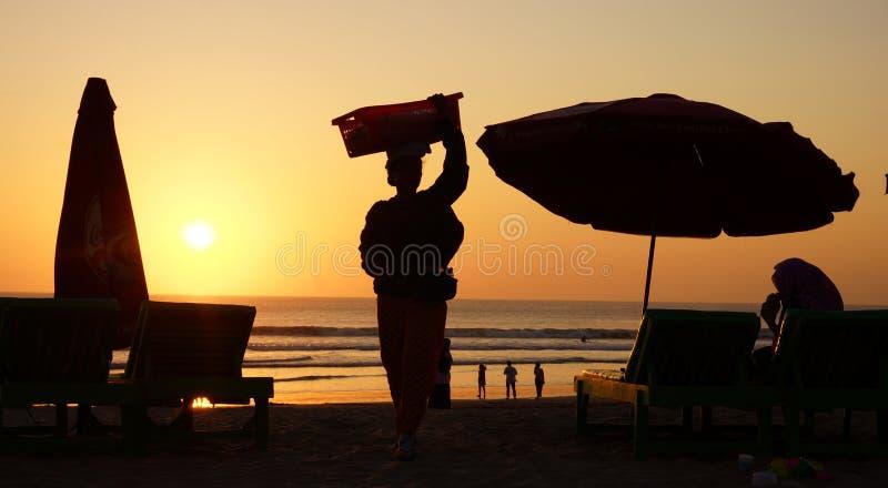 Praia de Bali do por do sol do vendedor da praia foto de stock