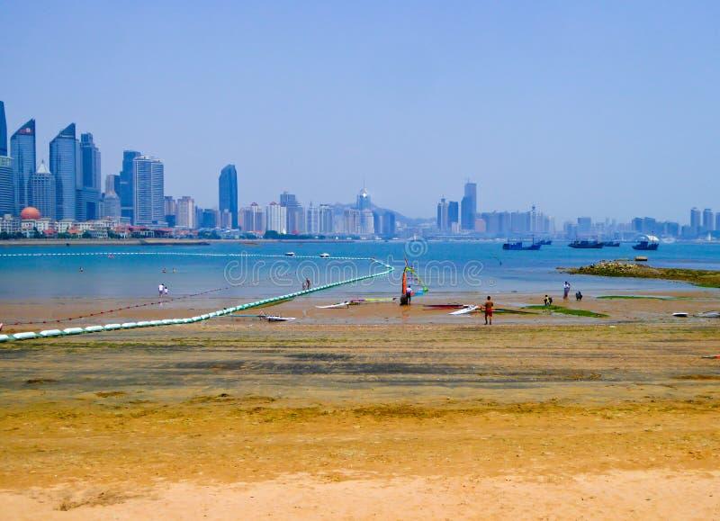 Praia de banho da cidade de Qingdao imagem de stock