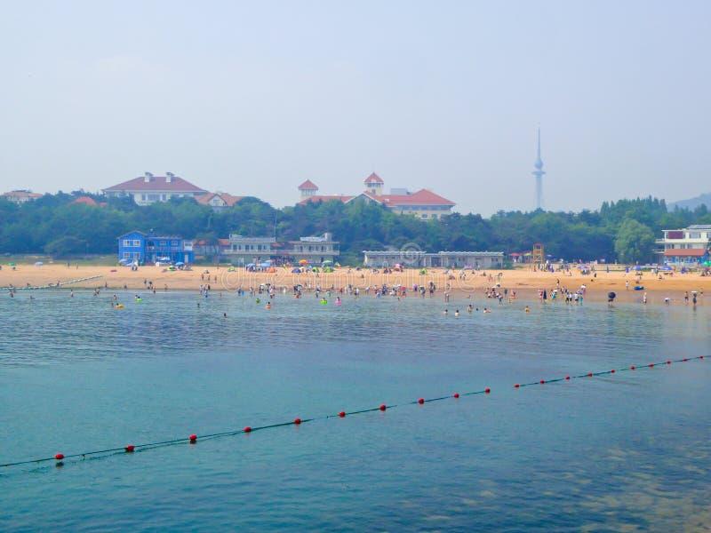 Praia de banho da cidade de Qingdao foto de stock royalty free