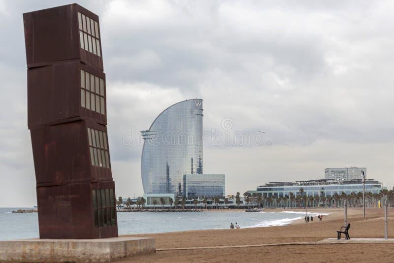 Praia de Barceloneta com escultura L ferit de Estel a estrela de tiro ferida, por Rebecca Horn; e hotel W no fundo Barcelona imagem de stock royalty free