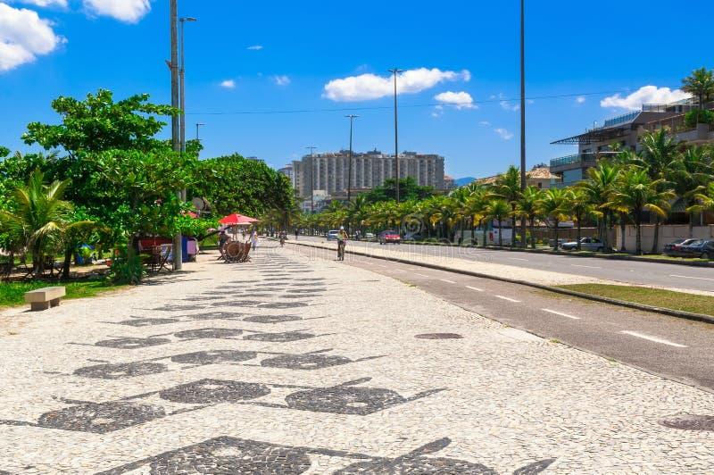 Praia de Barra da Tijuca com o mosaico do passeio em Rio de janeiro fotos de stock
