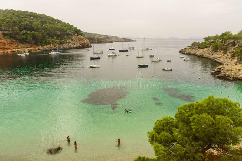 Praia de Benirras, Ibiza, Espanha - 27 de agosto de 2017: ideia exterior bonita da paisagem natural imagem de stock