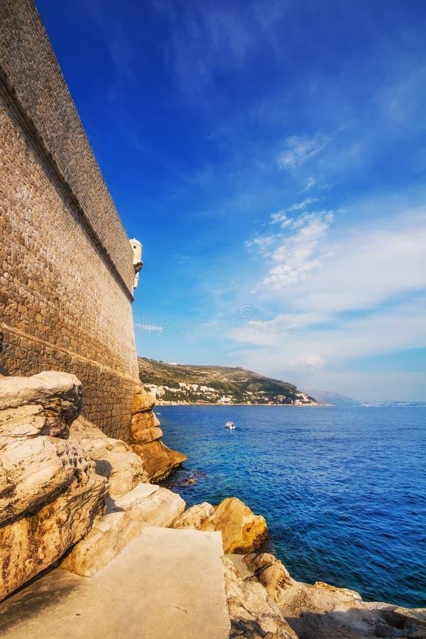 Praia de Buza fora das paredes velhas da cidade de Dubrovnik fotos de stock