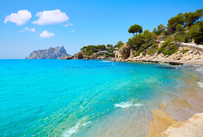 Praia de Cala Pinets na Espanha de Benissa Alicante imagem de stock
