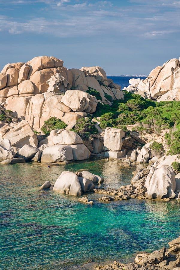 Praia de Cala Spinosa Testa do Capo, ilha de Sardinia, Itália imagem de stock