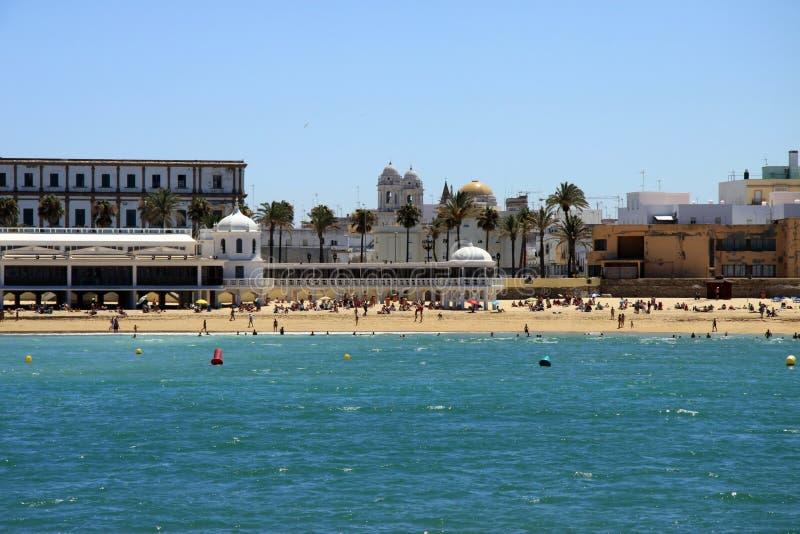 Praia de Caleta do La no Oceano Atlântico perto da fortaleza de Castillo-Fortalesa de Santa Catalina imagens de stock royalty free