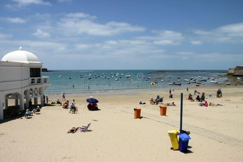 Praia de Caleta do La no Oceano Atlântico perto da fortaleza de Castillo-Fortalesa de Santa Catalina fotos de stock