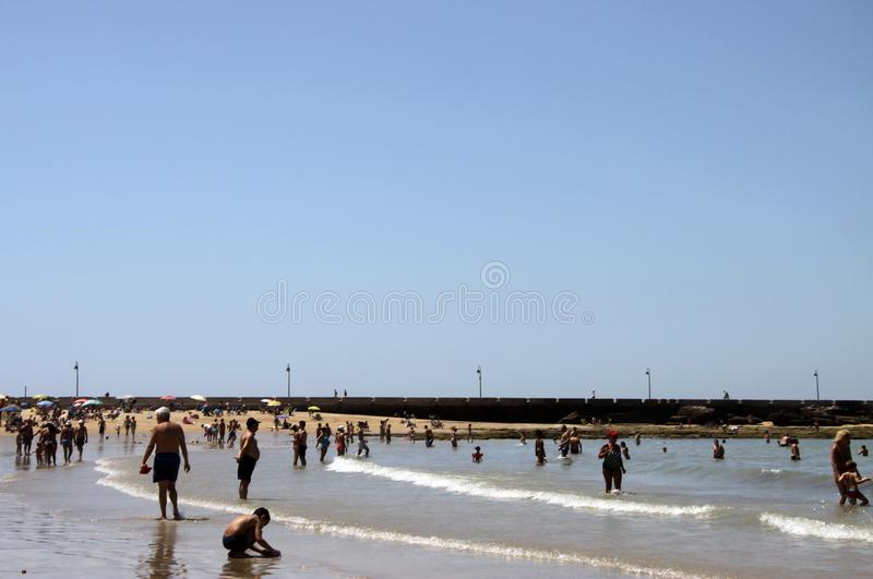 Praia de Caleta do La no Oceano Atlântico perto da fortaleza de Castillo-Fortalesa de Santa Catalina foto de stock