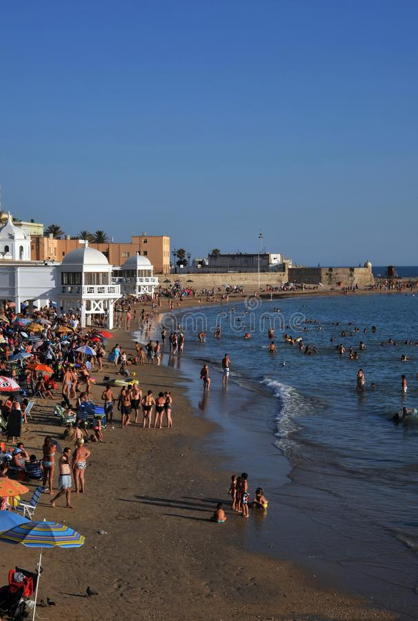 Praia de Caleta do La no Oceano Atlântico perto da fortaleza de San Sebastian fotografia de stock