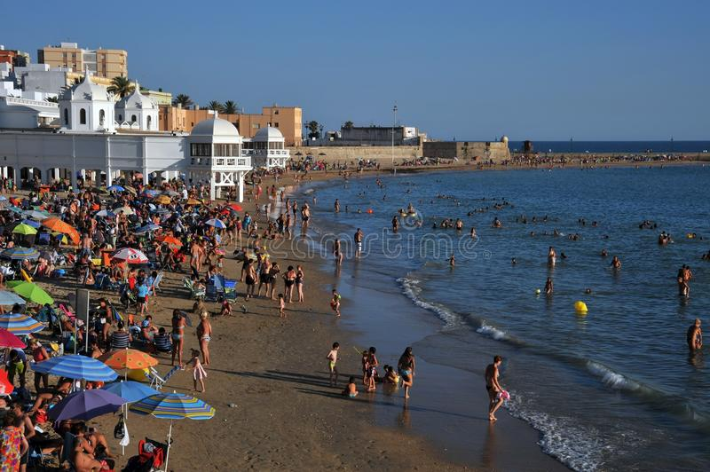 Praia de Caleta do La no Oceano Atlântico perto da fortaleza de San Sebastian foto de stock