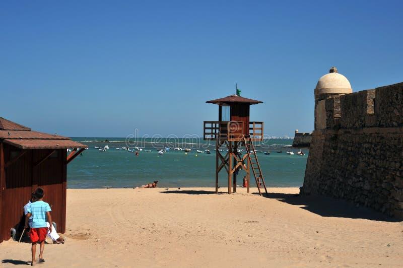 Praia de Caleta do La no Oceano Atlântico perto da fortaleza de San Sebastian imagem de stock