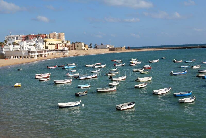 Praia de Caleta e barcos de pesca em Cadiz, Espanha foto de stock royalty free