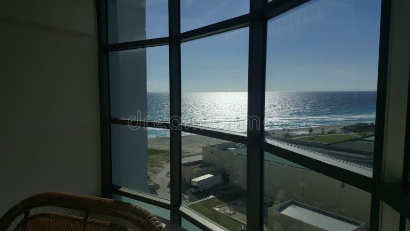 Praia de Cancun atrás da janela foto de stock royalty free